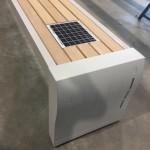 Banc avec panneau solaire encastré